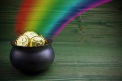 Le pot d'or sur le vert woden le fond Trésor magique avec l'arc-en-ciel photos stock