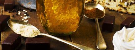 Le pot de vrai miel sain avec le nid d'abeilles à l'intérieur, chocolat trouble Photos libres de droits
