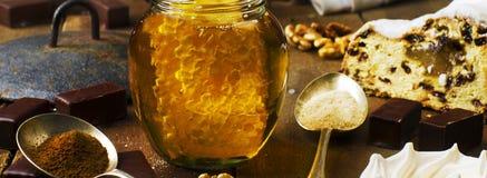 Le pot de vrai miel sain avec le nid d'abeilles à l'intérieur, chocolat trouble Images stock