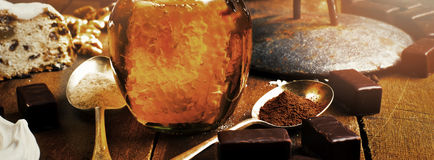 Le pot de vrai miel sain avec le nid d'abeilles à l'intérieur, chocolat trouble Photo libre de droits