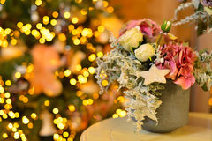 Le pot des roses et de l'hortensia roses neigeux en tant qu'arbre de décoration de Noël sur le bokeh s'allume Image stock