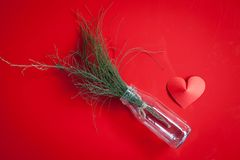 Le pot en forme de coeur de papier et en verre arrangent comme fond Photographie stock libre de droits