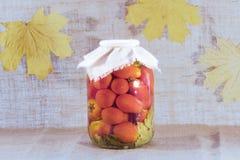 Le pot en verre de tomates torturées Images stock