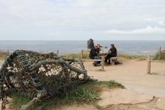 Le pot et les personnes de homard par Thurlestone basculent Devon Photos libres de droits