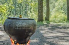 Le pot sur le feu Soupe dans un pot dans la nature photographie stock
