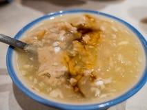 Le potage épais délicieux et célèbre de porc avec la saveur d'ail Photo libre de droits