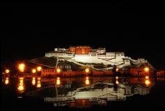 Le Potala la nuit Images libres de droits