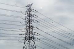 Le poteau électrique dans le ciel était obscurci image libre de droits