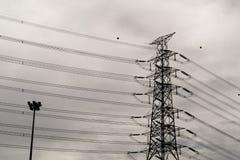 Le poteau électrique dans le ciel était obscurci photos stock