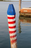 le poteau a appelé Bricola dans de langue italienne pour amarrer le bateau photos libres de droits