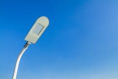 Le poteau d'énergie d'économies de lampe de réverbère avec un backgroun de ciel bleu Photographie stock libre de droits