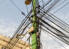 Le poteau de l'électricité et le réverbère ont compliqué le câblage sur le poteau photographie stock