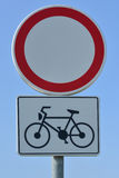 Le poteau de signalisation aucun véhicules exceptent des bicyclettes photos stock