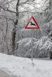 Le poteau de signalisation avertit le croisement de cerfs communs images libres de droits