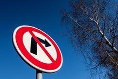 Le poteau de signalisation interdisant de se retourner juste contre le ciel bleu Image stock