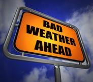 Le poteau indicateur de mauvais temps en avant montre la prévision dangereuse Image libre de droits