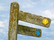 Le poteau indicateur en bois sur des falaises de craie s'approchent du parc de pays de sept soeurs photographie stock