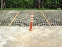 Le poteau orange de borne/trafic représentent le stationnement interdit Photo stock