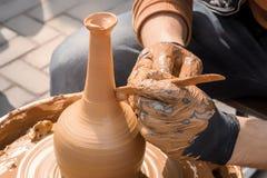 Le potier de rue fait un vase de l'argile sur une roue de potier photographie stock