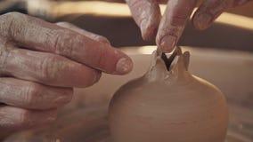 Le potier en céramique de maître de grenade fait des incisions clips vidéos