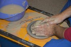 Le potier fait sur la cruche d'argile de roue de poterie Images stock