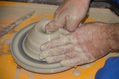 Le potier fait sur la cruche d'argile de roue de poterie Image libre de droits