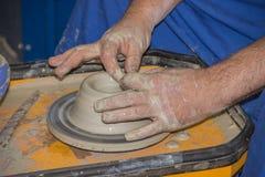 Le potier fait sur la cruche d'argile de roue de poterie Photo stock