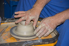 Le potier fait sur la cruche d'argile de roue de poterie Photographie stock