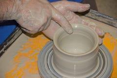 Le potier fait sur la cruche d'argile de roue de poterie Image stock