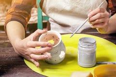 Le potier peint un argile Image libre de droits
