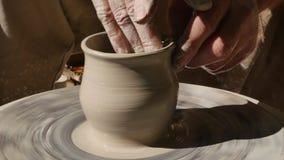 Le potier travaille à son métier sur une roue de rotation de poterie clips vidéos