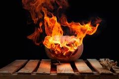 Le potiron de Halloween sur un grand vrai feu embarque éclater de lui o photos libres de droits