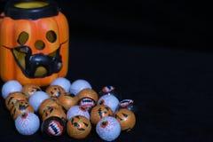 Le potiron a formé la lanterne de Halloween avec le chat noir sortant avec photos stock