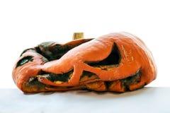 Le potiron putréfié après Halloween a isolé sur le blanc images stock