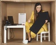Le pouce d'exposition de femme d'affaires, des affaires disparaissent bon Photos stock