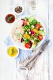 le poulet de cuvette de fond a isolé le blanc de salade de riz de parties de pêche de persil Image stock