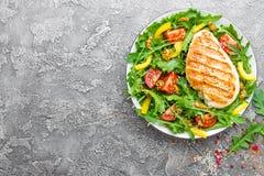 le poulet de cuvette de fond a isolé le blanc de salade de riz de parties de pêche de persil Salade de viande avec la tomate fraî Photographie stock