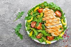 le poulet de cuvette de fond a isolé le blanc de salade de riz de parties de pêche de persil Salade de viande avec la tomate fraî Image libre de droits