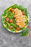 le poulet de cuvette de fond a isolé le blanc de salade de riz de parties de pêche de persil Salade de viande avec la tomate fraî Photo libre de droits