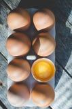 Le poulet eggs sur le fond des abat-jour par lesquels la lumière du soleil se casse Photo stock