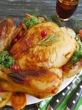 Le poulet entier frit préparé, délicieux fait maison a grillé le fond en bois d'ail gastronome rustique photos stock