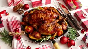 Le poulet entier ou la dinde rôti a servi dans la casserole de fer avec la décoration de Noël banque de vidéos