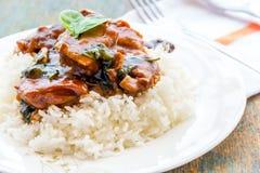Le poulet et le riz ont servi sur une fin blanche de plat vers le haut d'image Photographie stock libre de droits