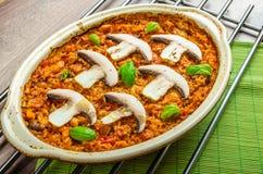 Le poulet a fait cuire au four avec du riz, des champignons et des tomates photographie stock