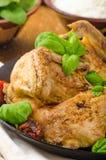Le poulet a fait cuire au four avec les tomates et le basilic sur la casserole de fer photos stock