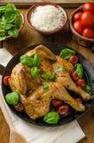 Le poulet a fait cuire au four avec les tomates et le basilic sur la casserole de fer photo libre de droits