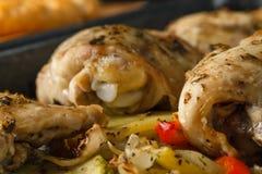 Le poulet a fait cuire au four dans une casserole avec des pommes de terre et des pommes Photo libre de droits