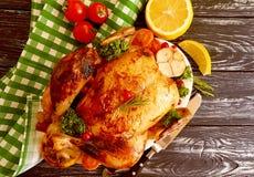 Le poulet frit entier a glacé, ail savoureux de dîner cuit sur le fond en bois images libres de droits
