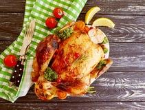 Le poulet frit entier a glacé, fait maison d'ail de dîner cuit sur le fond en bois image libre de droits