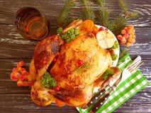 Le poulet frit entier a glacé préparé, savoureux cuit sur le fond en bois photos libres de droits